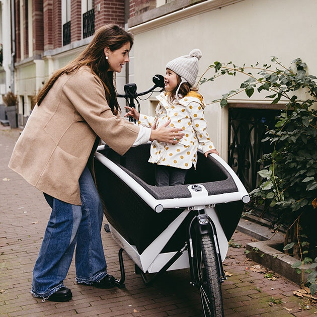 Babysitter goes out with her babysitter in the cargo bike